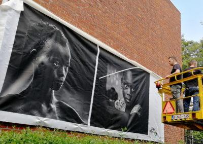 Lens op de mens 2019 | Ophangen doeken Pelterke