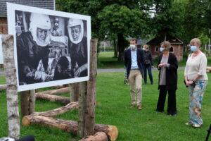 Lens op de Mens 2021 - Minister Beke en Evi Polak bij haar tentoonstelling 'Real heroes never die'