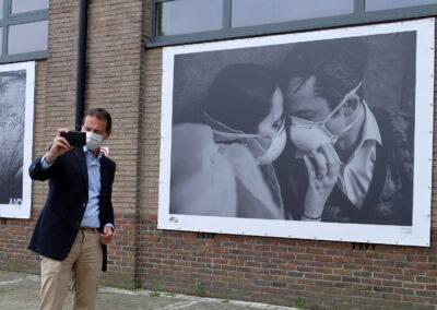 Lens op de Mens 2021 | Minister Beke | selfie bij de winnende Coronafoto van Raïs De Weirdt
